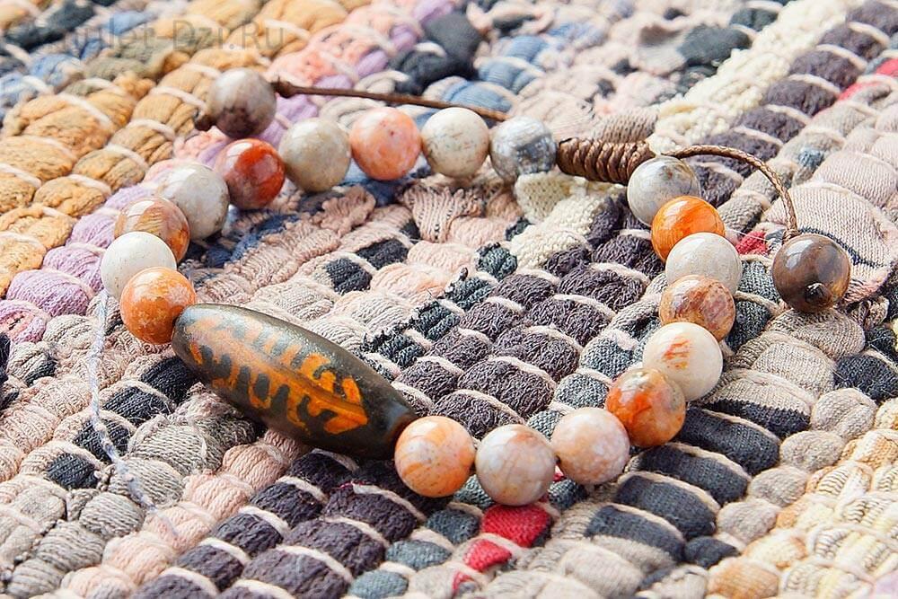 Бусина Дзи «Фелисити» (Насекомое) в браслете из коралла