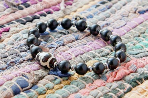 Бусина Дзи «Сосуд долголетия» в браслете из шунгита