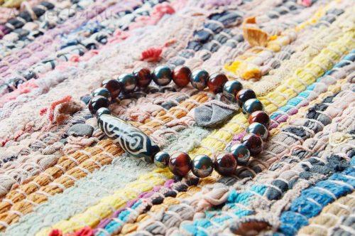 Бусина Дзи «Глаза дракона» в браслете из гематита и бычьего глаза