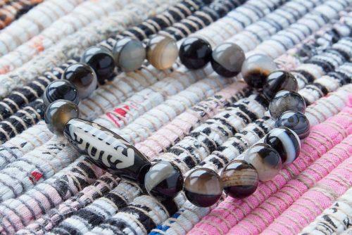 Бусина Дзи «Фелисити» (Насекомое) в браслете из агата