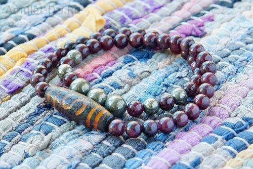 Бусина Дзи «Денежный крючок» в браслете из граната и пирита