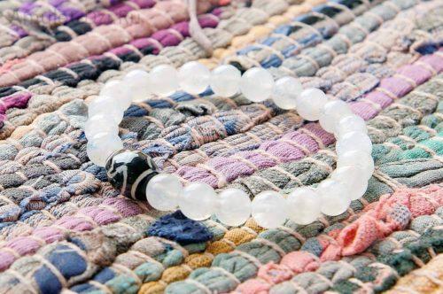 Бусина Дзи «Лотос» в браслете из лунного камня