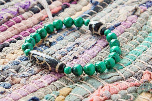 Бусина Дзи «Лотос» и «Черепаха» в браслете из малахита