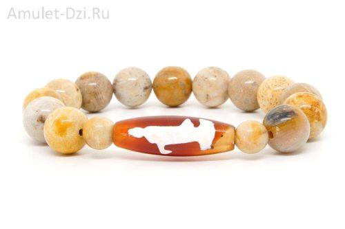 Бусина Дзи «Гуань Инь» в браслете из коралла