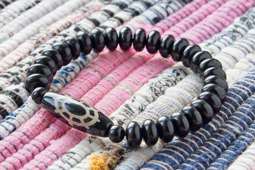 Бусина Дзи «Колесо Дхармы» в браслете из гагата