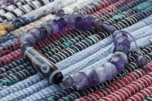 Бусина Дзи «Глаз Будды» в браслете из аметиста