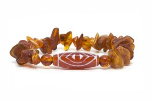 Бусина Дзи «Глаз феникса» в браслете из янтаря